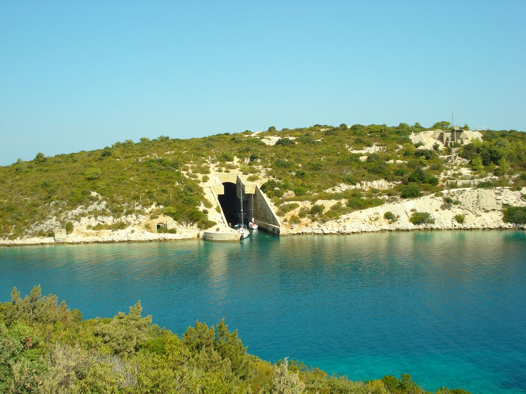 Sailing around island of Vis