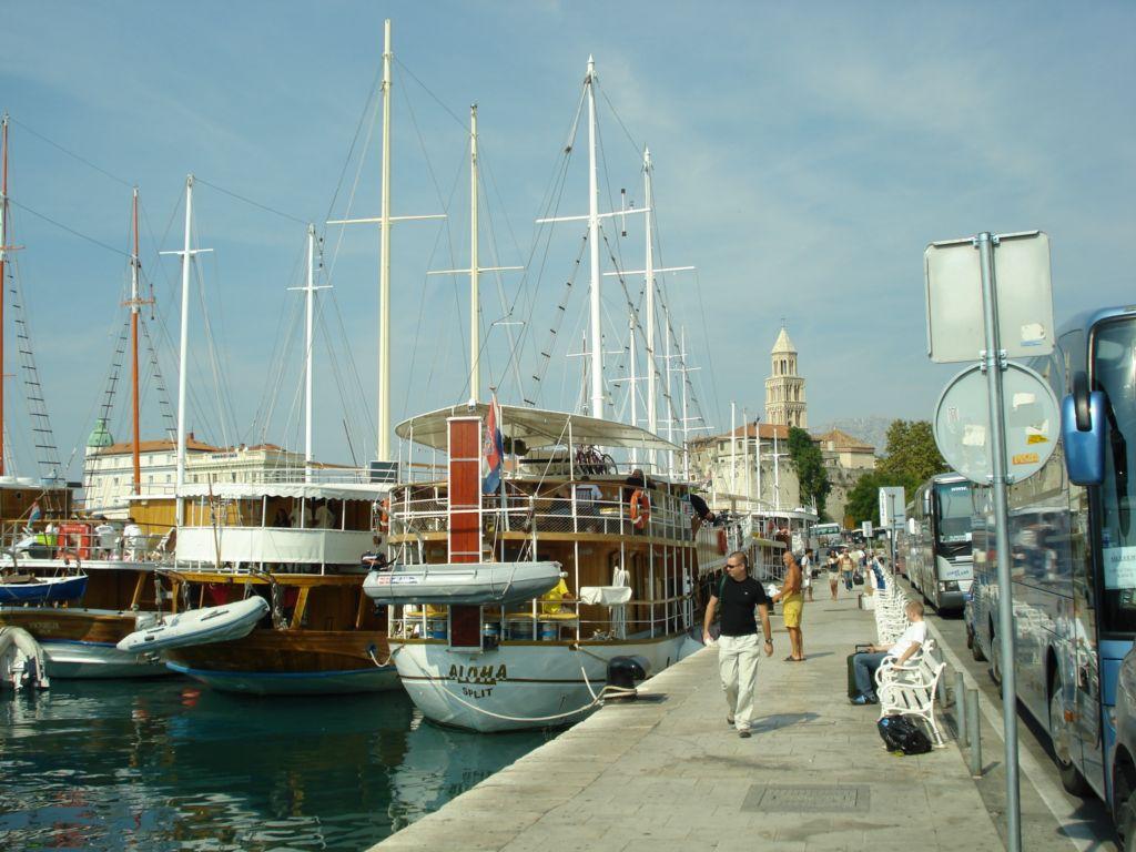 Cruise boten (gulets) liggen klaar in de haven van Split