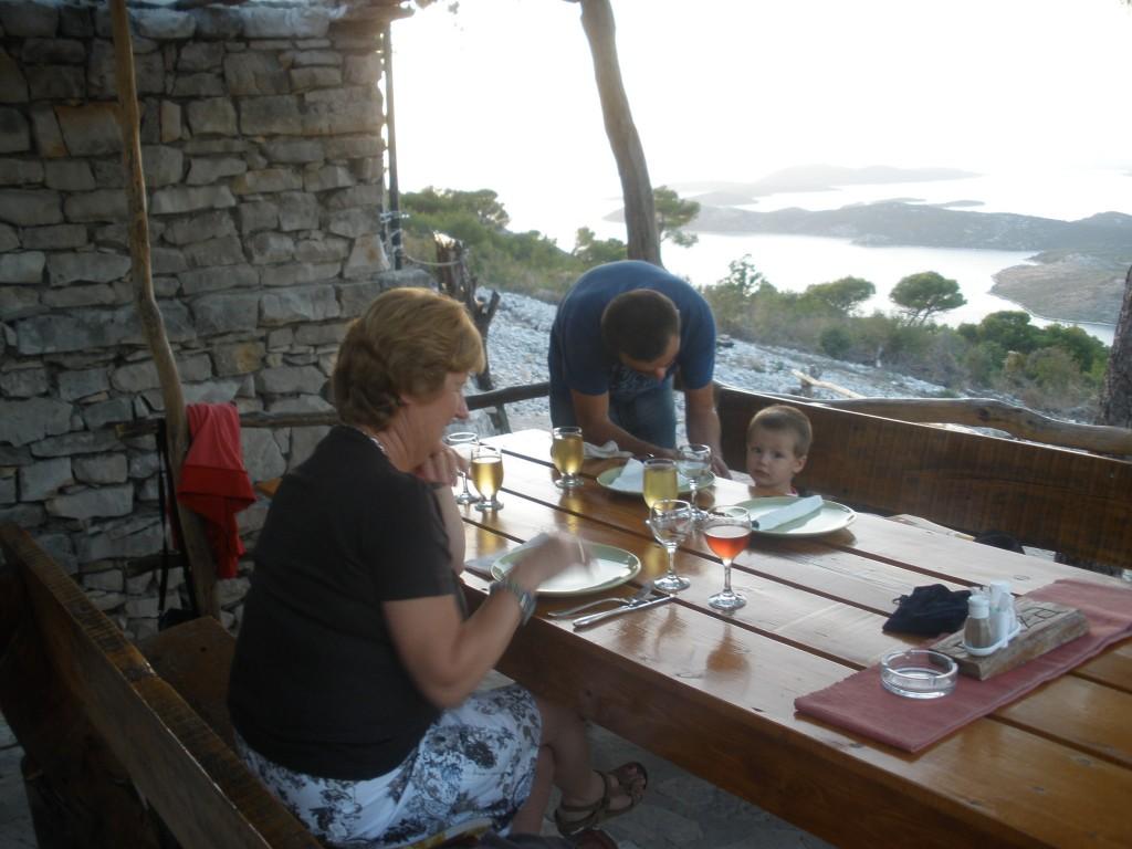 Aan tafel bij taverne Oaza in Primosten