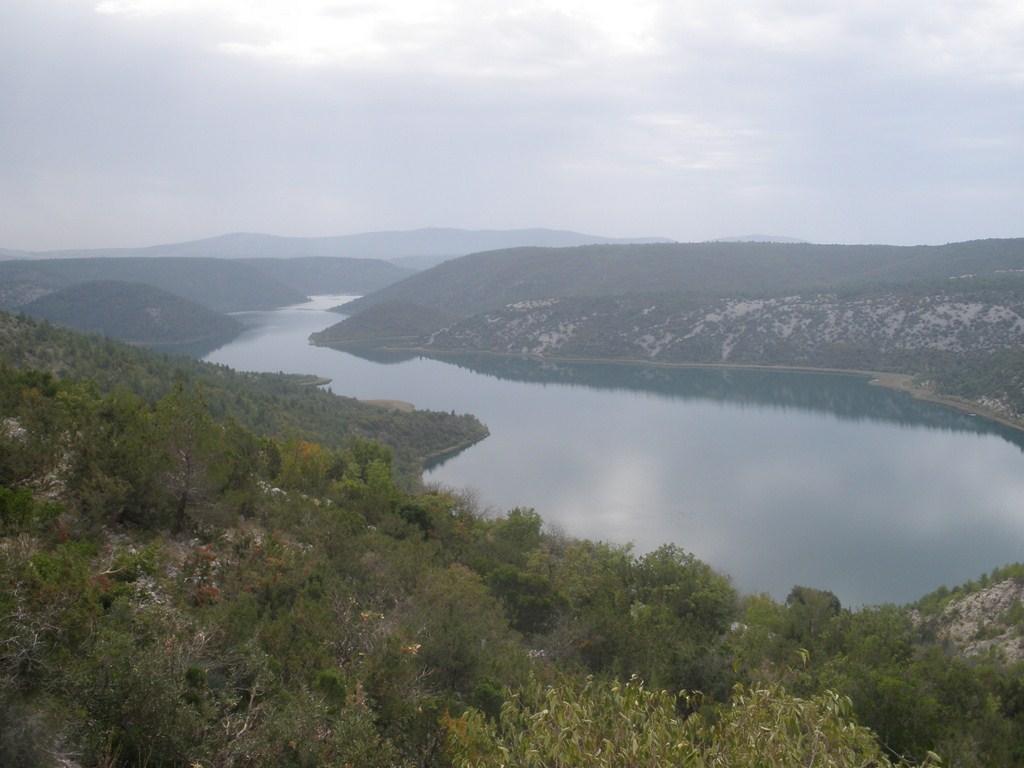 De krka rivier ontspringt hier bij de 40m hoge steile rotswanden van