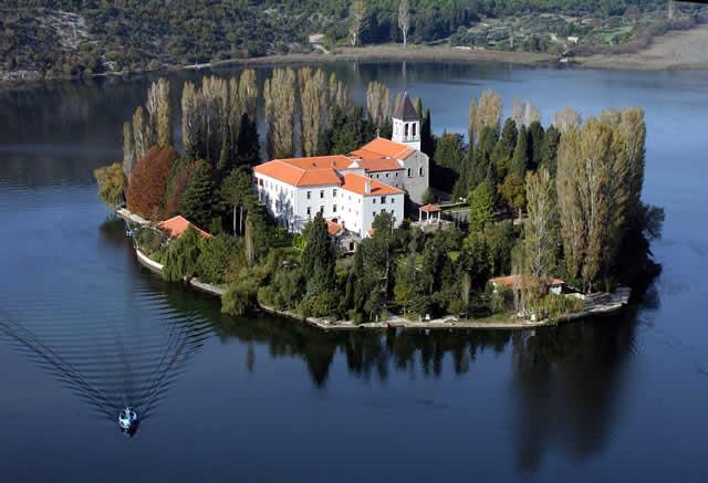 Visovac klooster in rivier Krka