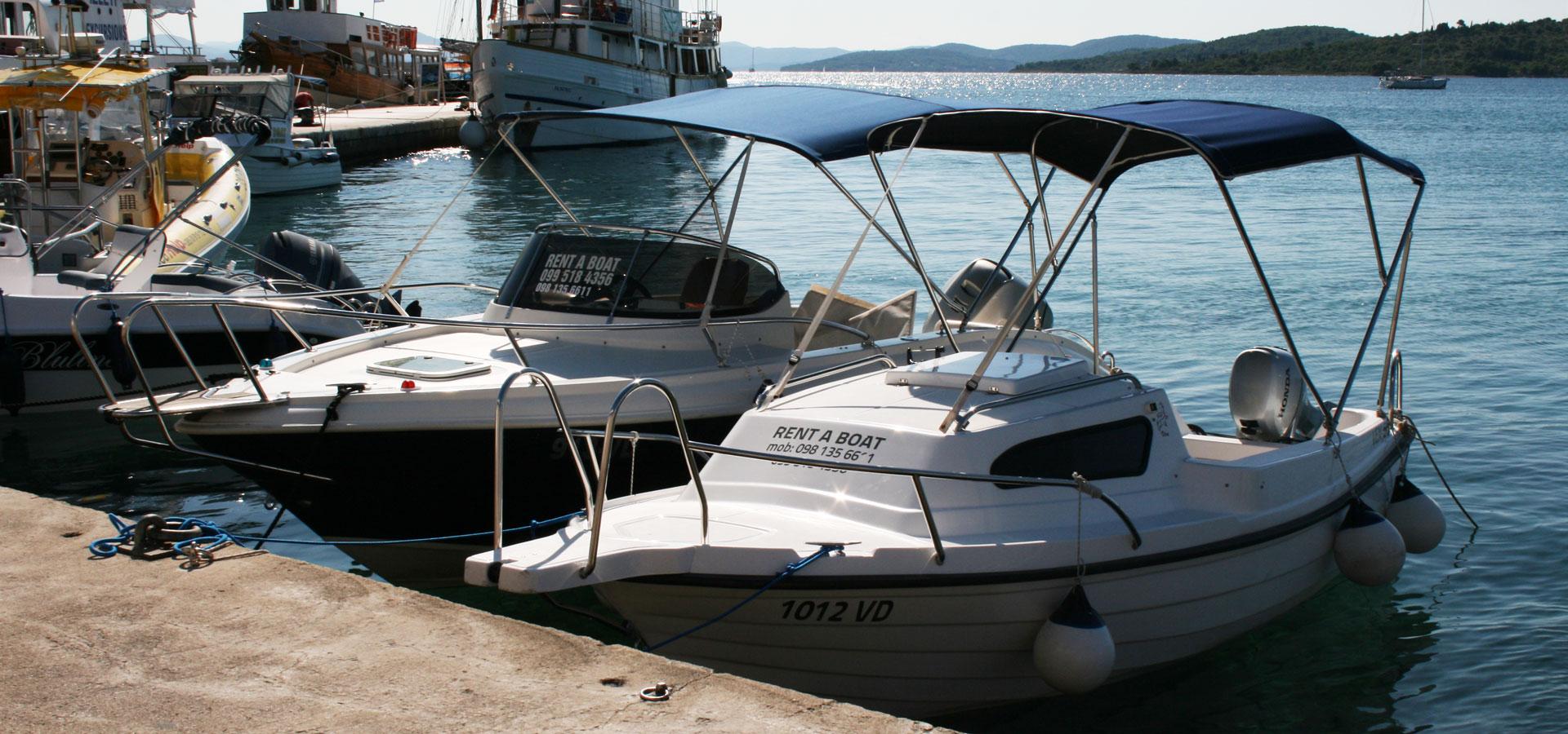 Varen met kleine motorboot in Kroatie