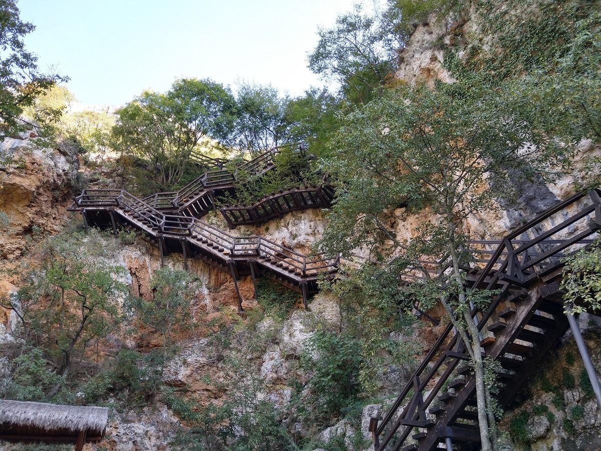 Trappen naar grot in Roski Slap
