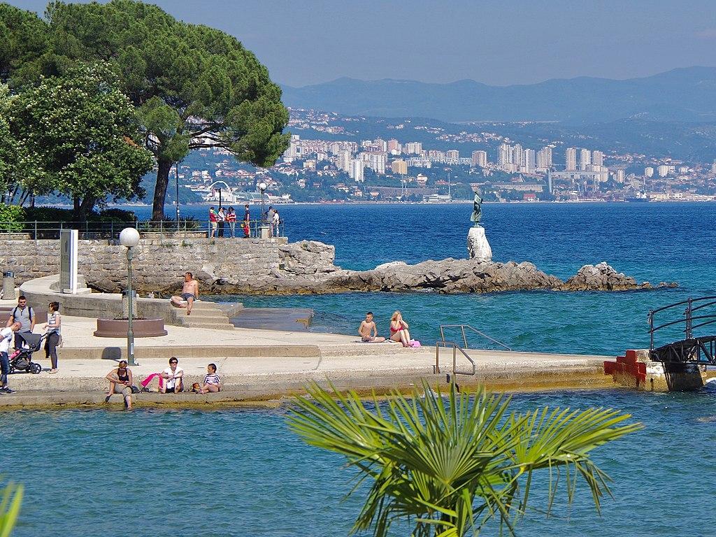 Opatija met Rijeka op achtergrond