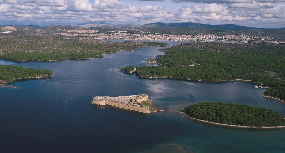 Sveti Nikolas fort en Sveti Ante kanaal met Sibenik op de achtergrond