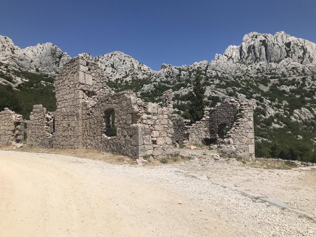 Ruines langs de Majstorska Cesta